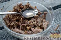 Фото приготовления рецепта: Салат из языка с грецкими орехами - шаг №6