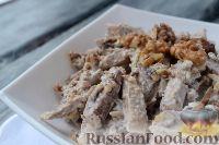 Фото приготовления рецепта: Салат из языка с грецкими орехами - шаг №9