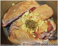 Фото приготовления рецепта: Утка, тушенная в яблоках, с жареной Антоновкой - шаг №4