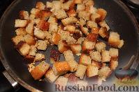 Фото приготовления рецепта: Салат из пекинской капусты с курицей и сухариками - шаг №7