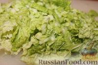 Фото приготовления рецепта: Салат из пекинской капусты с курицей и сухариками - шаг №9