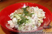 Фото приготовления рецепта: Салат из пекинской капусты с курицей и сухариками - шаг №11