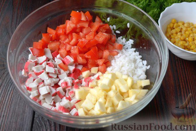 """Фото приготовления рецепта: Крабовый салат """"Рождественский венок"""" - шаг №5"""