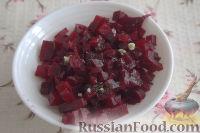 Фото приготовления рецепта: Праздничный винегрет с картофельными чипсами - шаг №4