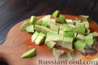 Фото приготовления рецепта: Салат с курицей, авокадо и брынзой - шаг №4