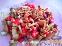 Фото приготовления рецепта: Салат с фасолью, грибами и сухариками - шаг №4