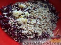Фото приготовления рецепта: Салат из свеклы, чеснока и грецких орехов - шаг №5