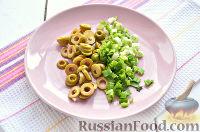 Фото приготовления рецепта: Праздничный винегрет с оливками, сардинами и  майонезом - шаг №3