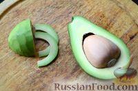 Фото приготовления рецепта: Тартинки с копченым лососем и авокадо - шаг №5