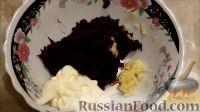 """Фото приготовления рецепта: Салат """"Розочки"""" из блинов со свеклой - шаг №4"""