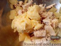 Фото приготовления рецепта: Салат из мяса курицы и ананасов - шаг №7