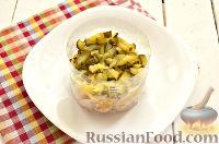 Фото приготовления рецепта: Салат из курицы, с ананасами и кукурузой - шаг №7