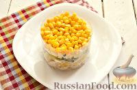 Фото приготовления рецепта: Салат из курицы, с ананасами и кукурузой - шаг №9
