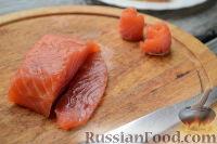 Фото приготовления рецепта: Канапе с красной рыбой «Розочки» - шаг №5