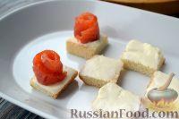 Фото приготовления рецепта: Канапе с красной рыбой «Розочки» - шаг №6