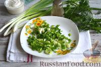 Фото приготовления рецепта: Салат с ветчиной, сыром и маринованными огурцами - шаг №4
