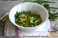 Фото приготовления рецепта: Салат с ветчиной, сыром и маринованными огурцами - шаг №7
