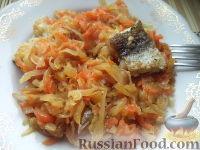 Фото к рецепту: Тушеная капуста с рыбой