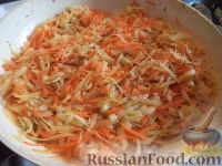 Фото приготовления рецепта: Тушеная капуста с рыбой - шаг №9