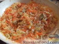 Фото приготовления рецепта: Тушеная капуста с рыбой - шаг №11