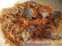 Фото приготовления рецепта: Тушеная капуста с рыбой - шаг №14