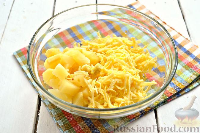 Фото приготовления рецепта: Салат из ананасов с чесноком - шаг №3