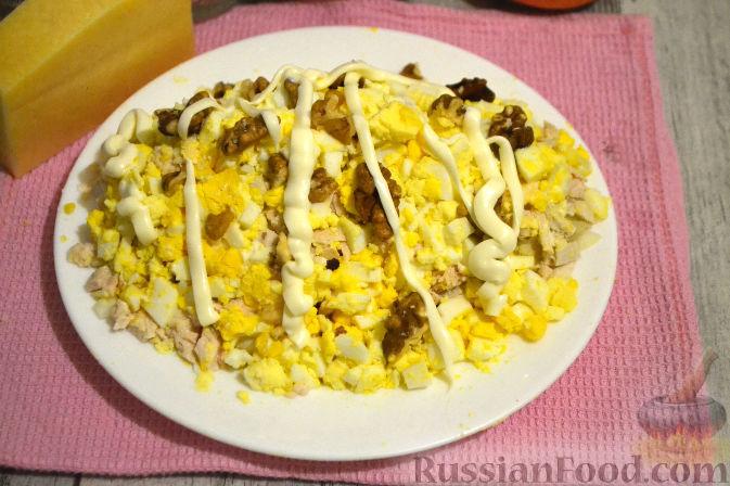 Фото приготовления рецепта: Слоеный салат с курицей, картофелем и орехами - шаг №9