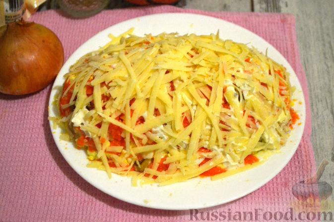 Фото приготовления рецепта: Слоеный салат с курицей, картофелем и орехами - шаг №11