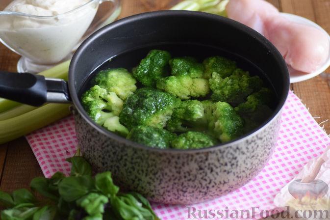 Фото приготовления рецепта: Салат с брокколи и каштанами - шаг №4