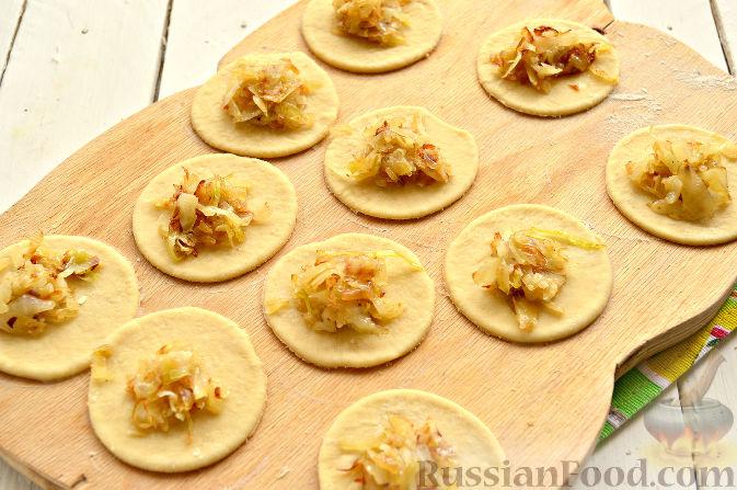 Фото приготовления рецепта: Вареники с капустой и каштанами - шаг №8