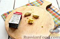 Фото приготовления рецепта: Салат из ананасов с чесноком - шаг №2