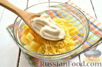 Фото приготовления рецепта: Салат из ананасов с чесноком - шаг №4