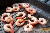 """Фото приготовления рецепта: Салат """"Цезарь"""" с креветками - шаг №4"""