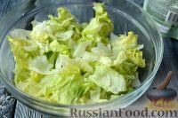 """Фото приготовления рецепта: Салат """"Цезарь"""" с креветками - шаг №5"""