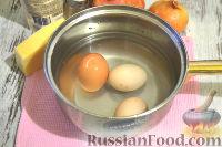 Фото приготовления рецепта: Слоеный салат с курицей, картофелем и орехами - шаг №4