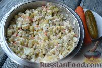 """Фото приготовления рецепта: Салат """"Праздничный оливье"""" с курицей - шаг №7"""