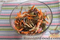 """Фото приготовления рецепта: Салат из морской капусты """"Японский"""" - шаг №8"""