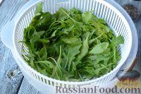 Фото приготовления рецепта: Салат из морепродуктов, с помидорами и рукколой - шаг №3