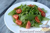 Фото приготовления рецепта: Салат из морепродуктов, с помидорами и рукколой - шаг №4