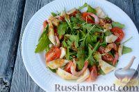 Фото приготовления рецепта: Салат из морепродуктов, с помидорами и рукколой - шаг №8