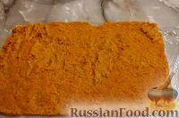 Фото приготовления рецепта: Тыквенный рулет с курицей и грибами - шаг №9