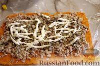Фото приготовления рецепта: Тыквенный рулет с курицей и грибами - шаг №11