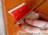 """Фото приготовления рецепта: Салат-закуска """"Петушки"""" из морепродуктов - шаг №4"""