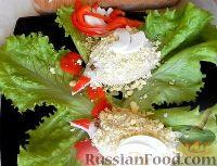 """Фото приготовления рецепта: Салат-закуска """"Петушки"""" из морепродуктов - шаг №9"""