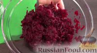 Фото приготовления рецепта: Свекольный салат с черносливом и орехами - шаг №3