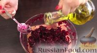 Фото приготовления рецепта: Свекольный салат с черносливом и орехами - шаг №10