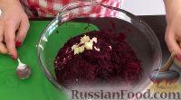 Фото приготовления рецепта: Салат из свеклы с чесноком - шаг №3