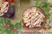 Фото приготовления рецепта: Салат-коктейль с ветчиной и сыром - шаг №9