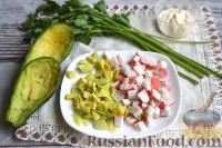 Фото приготовления рецепта: Салат с авокадо, огурцом, сельдереем и крабовым мясом - шаг №3