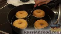 Фото приготовления рецепта: Американские пончики (донаты), покрытые шоколадом - шаг №11